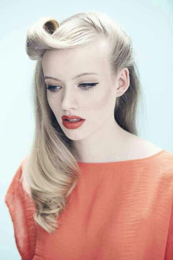 Чёлка рокабилли на светлых волосах девушки