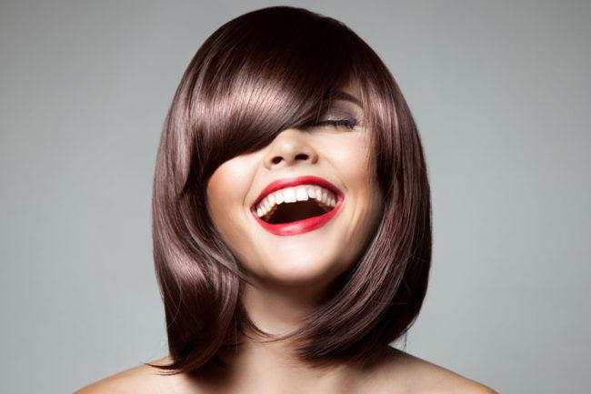 Удлинённая косая чёлка у девушки с прямыми волосами