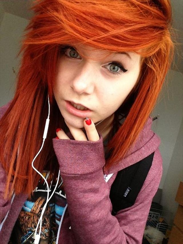 Эмо чёлка на рыжих волосах девушки
