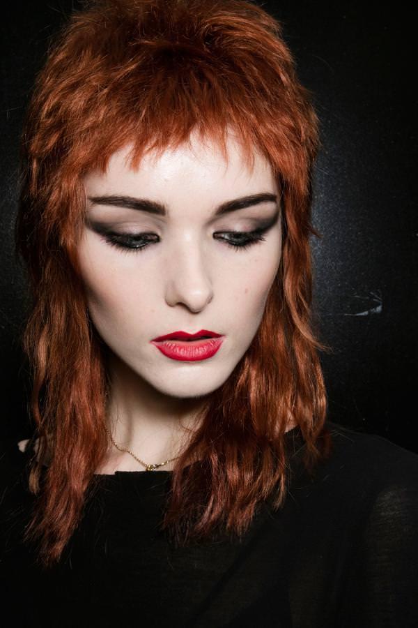 Девушка с редкими волосами и короткой чёлкой