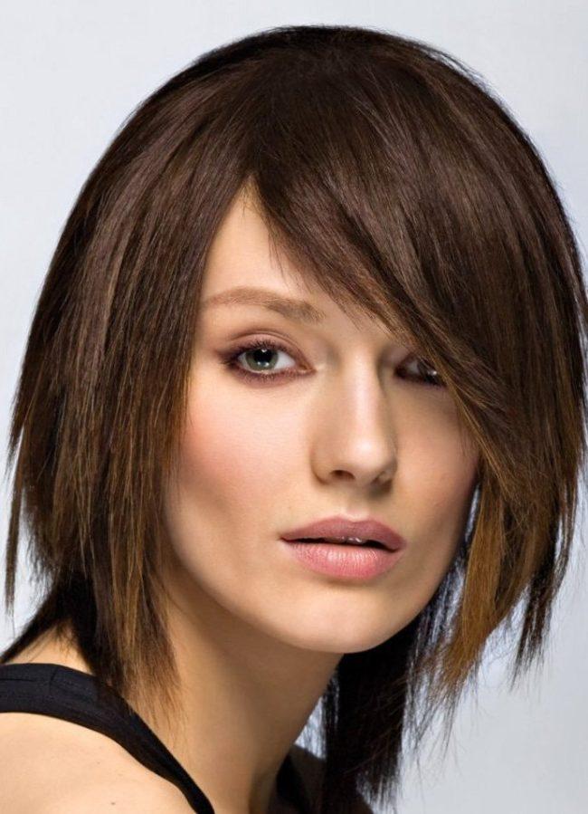 Длинная косая чёлка у девушки