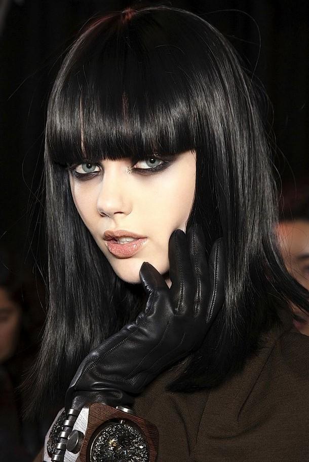 Прямая чёлка на чёрных густых волосах девушки