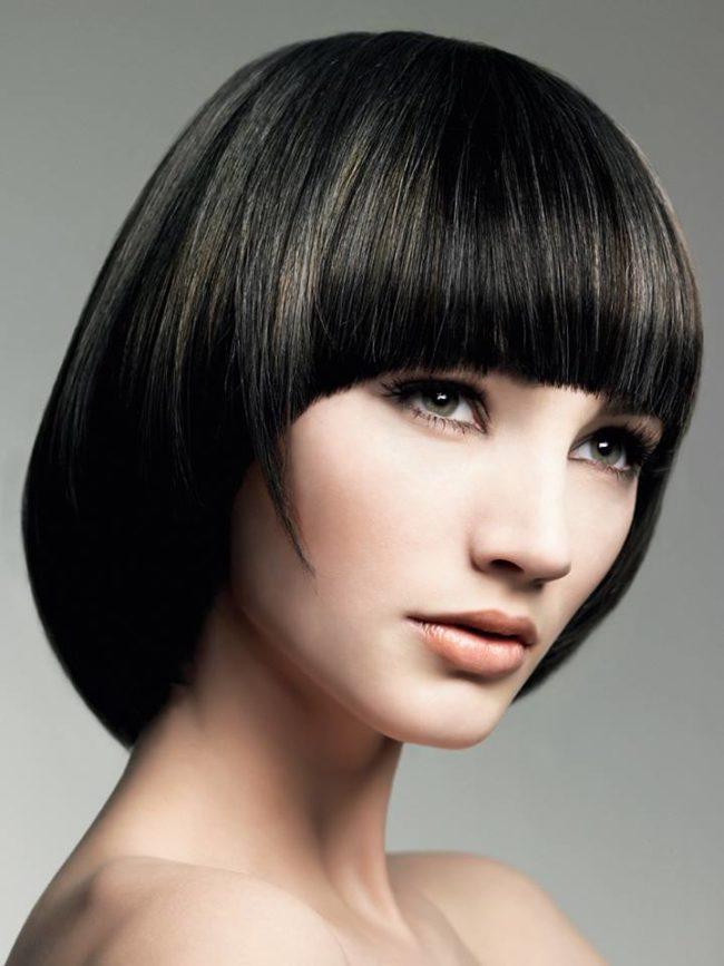 Стрижка сэссун на тёмных волосах женщины