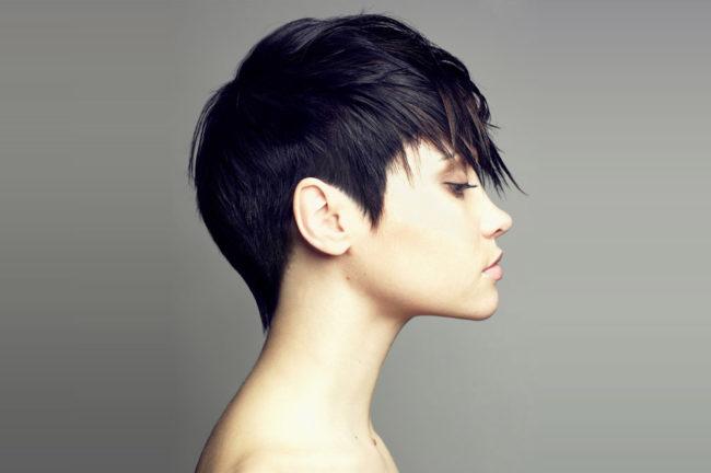Стрижка гарсон на тёмных волосах девушки