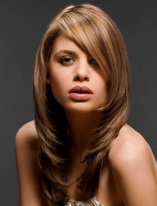Стрижка лесенка на русых волосах девушки