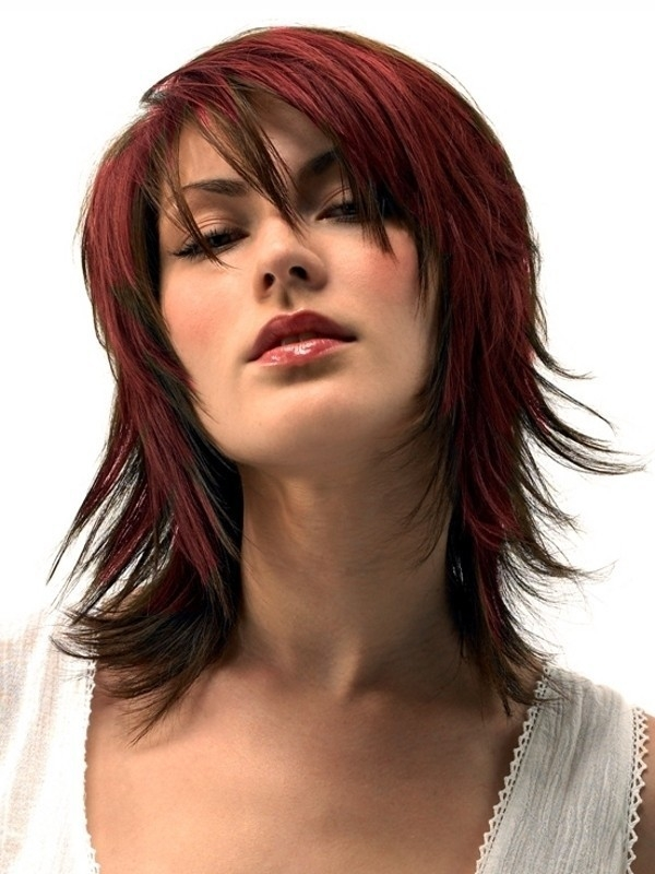 Стрижка рапсодия на волосах бордового цвета у девушки
