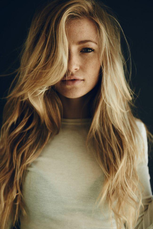 Удлинённая чёлка на длинных волосах девушки