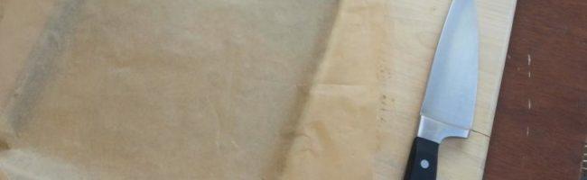 Пергаментная бумага, противень, разделочная доска и нож