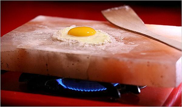 Яичница на солевой плите