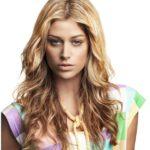 Стрижка каскад на волнистых волосах блондинки