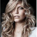 Праздничная укладка причёски лесенка на волнистых длинных волосах