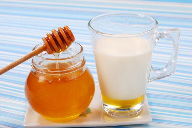 Баночка с мёдом и кружка с молоком и сливочным маслом