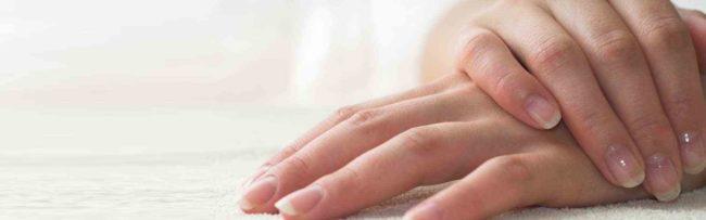 Руки с ухоженными ногтями