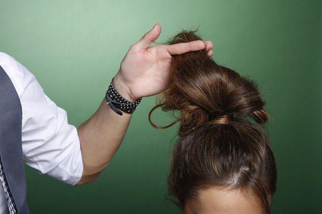 Волосы завязывают в высокий хвост