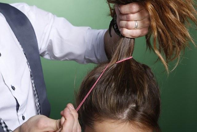 Волосы собираем в хвост